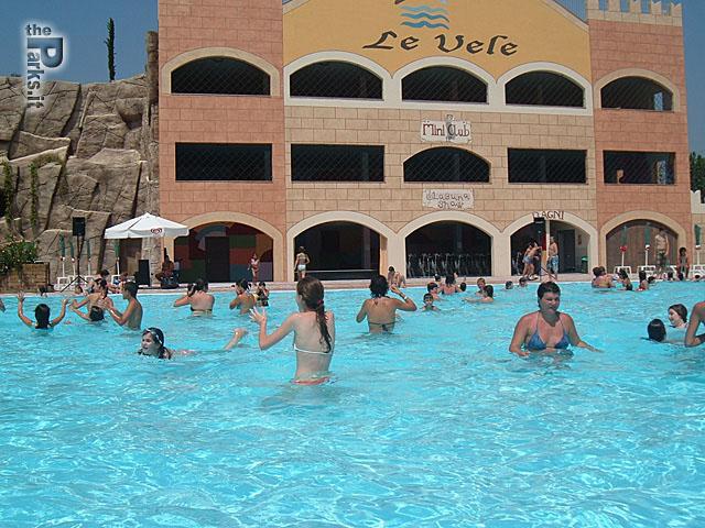 Le Vele Crolla tetto a ridosso delle piscine